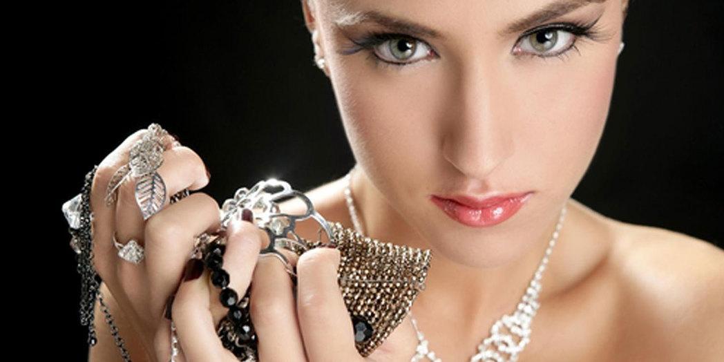 Выбор серебряных украшений для женщин разного возраста